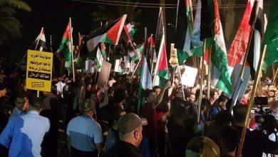 """Photo of ناشطون: التاريخ سيسجل """"أول صفعة وإهانة للمطبعين"""" جاءت من الشعب العراقي"""